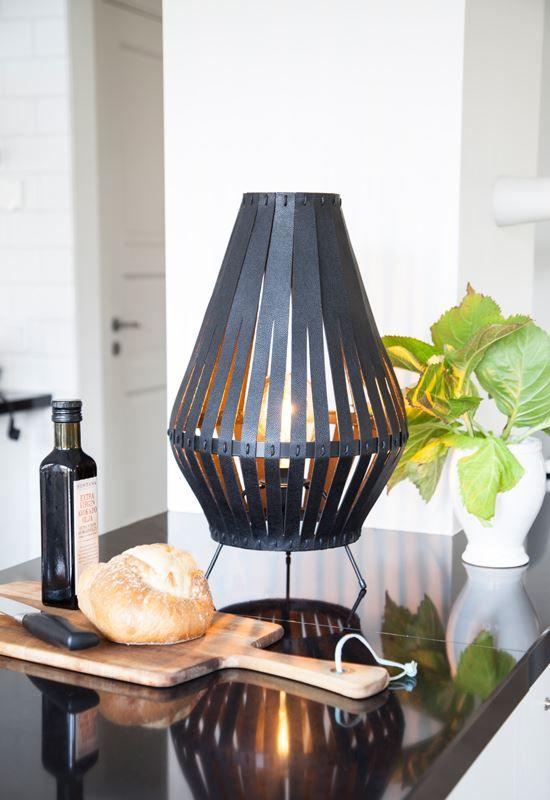 Bordslampan Remy är en cool lampa från By Rydèns med de fräcka remmarna i konstläder som skapar häftigt ljusmönster.