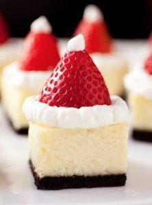 いちごサンタチーズケーキ: いちごサンタの帽子を、ケーキにデコレーションしても、 いちごサンタ同様、とってもかわいいクリスマスケーキに なります。  ショートケーキやチョコレートケーキなどの、クリスマス 定番のホールケーキに飾り付けるのももちろんかわいい ですが、小さく食べやすい大きさにかっとしたケーキの 1つ1つに飾り付けてもキュートなデコレーションアイデアです。   いちご ホワイトチョコ クリスマス