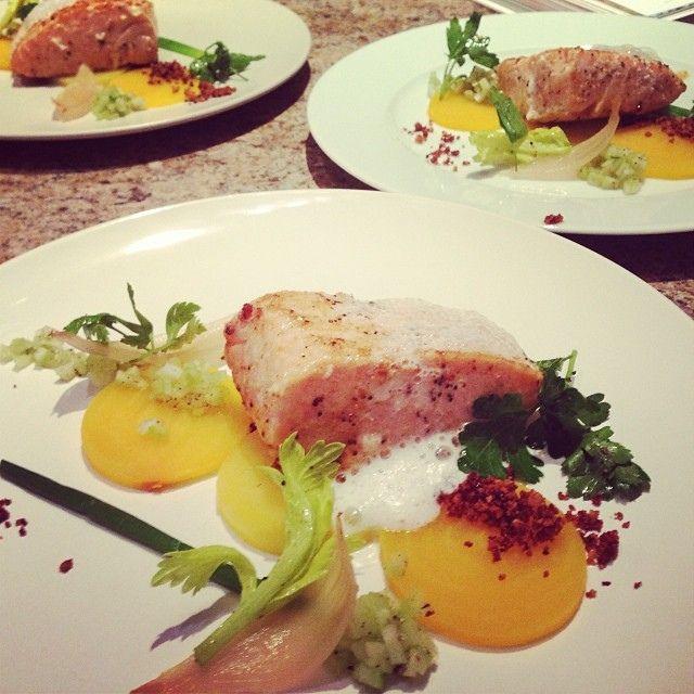 Saumon sous vide à 45 degrés, bettaraves, pétales d'oignon, crumble de beurre.   Flickr: partage de photos!