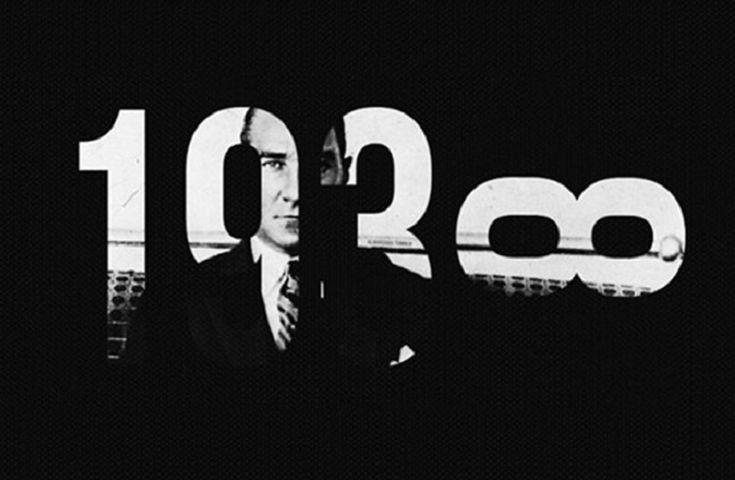 1938 Kasım'ının böylesine soğuk ve matem dolu olacağını kim düşünebilirdi? 10 Kasım Perşembe gününün sabahında saatler, saniyeler… zaman durdu ve sadece Türkiye Cumhuriyeti'nin kurucusu olmakla kalmayıp, dünyanın en etkili, en ileri görüşlü, bilime, sanata, sanatçıya, köylüye, kısacası insana da değer veren Başkomutan Mustafa Kemal Atatürk'ün naaşını selamladı. Dostundan düşmanına, tanıyanından tanımayanına kadar herkesin saygı duyduğu bir lider, bir öğretmen, bir bilim insanı ve büyük bir…