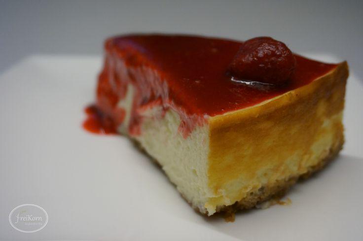 Glutenfreier New York Cheesecake mit Himbeerspiegel New York-Style Cheesecake hat einen knusprigen Boden und eine cremige Füllung bestehend aus einer Mischung aus Frischkäse und saurer Sahne. Ich habe im Verhältnis besonders viel saure Sahne genommen. So wurde die Füllung sehr lecker, geschmeidig und hat keine Risse bekommen. Wichtig bei dem Kuchen i