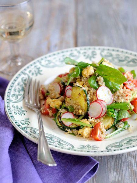 Recipe:キヌアと卵の栄養サラダ/スーパーフード、キヌアと夏野菜、それにスクランブルエッグが入ったホットサラダ。具だくさんでお腹にたまる、フランス版チャーハンのような一品。 #レシピ