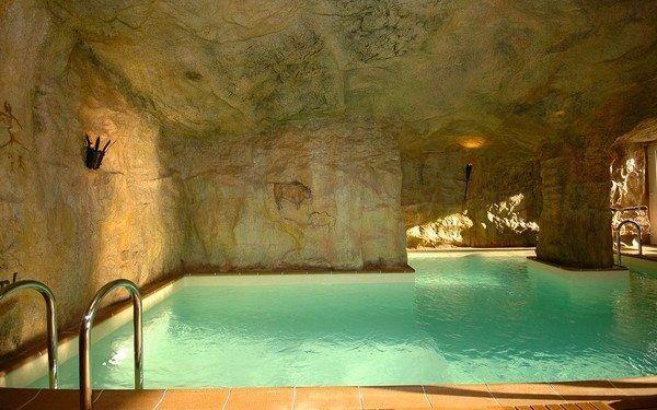 Dovolená v hotelu s bazénem a to nejen tak ledajakým. Užijte si Kysucké Beskydy, ochutnejte místní speciality, relaxujte v unikátním jeskynním bazénu - hotel Husárik