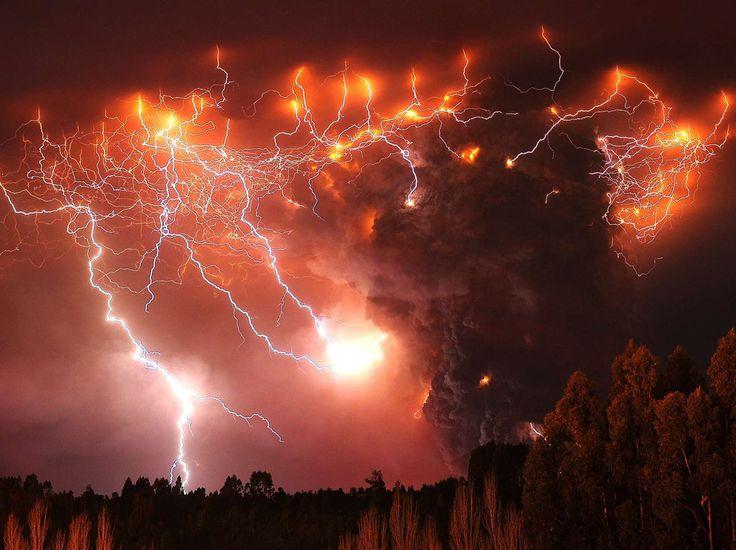 Pyrotechnie naturelle Une autre photo prise sur le volcan Puyehue, au Chili, en juin 2011, signée cette fois de Francisco Negroni. (Francisco Negroni/AP/SIPA)