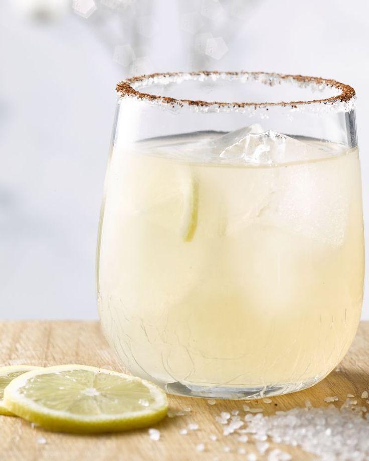 Een margarita is een klassieke Mexicaanse cocktail op basis van tequila. Dit lekkere drankje is makkelijk en lijnvriendelijk. Zalig verfrissend voor de zomer.