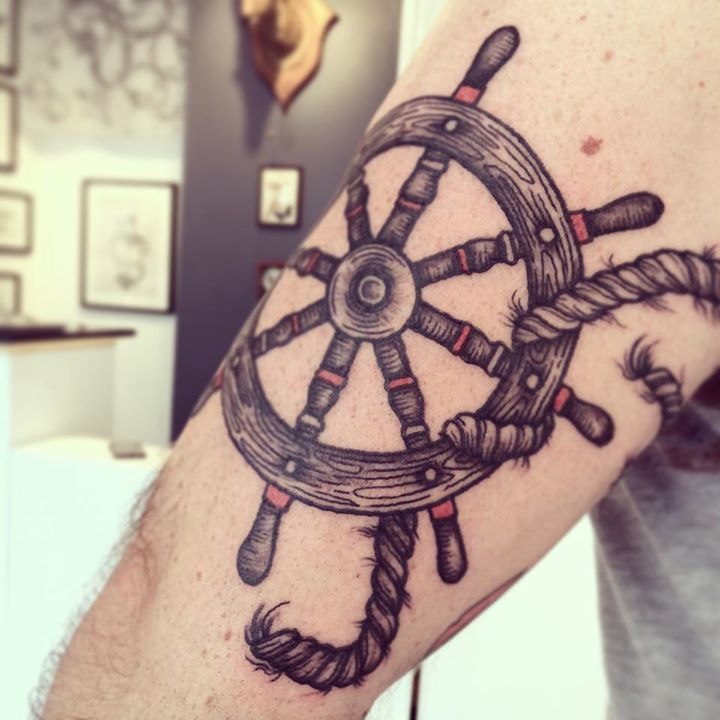 I really like this wheel of the ship I what something like this but in Black And White to match my Anchor: