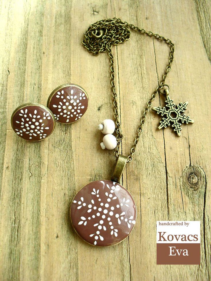 Csokibarna porcelán nyaklánc és fülbevaló fehér hópelyhekkel. Light brown porcealin necklace and earrings with white snowflakes.