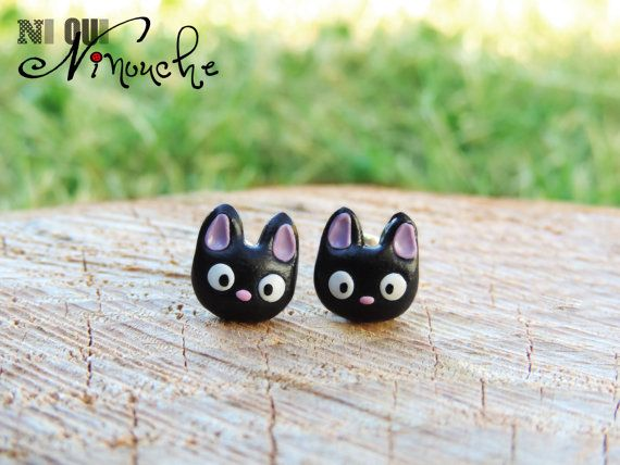Une paire de boucles doreilles mini jiji pour les petites et grandes fan de lunivers de Miyazaki et du chat de Kiki la petite sorcière !  Ces