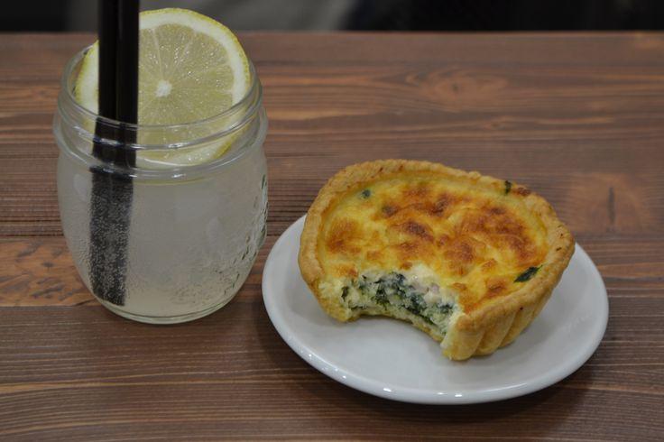 Schweppes al limone con quiche ricotta e spinaci