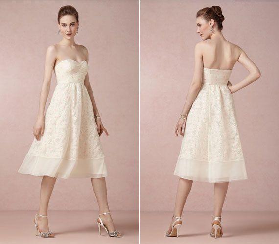 Rövid, A-vonalú esküvői ruha, virágokkal, melyeknek színes a közepük.