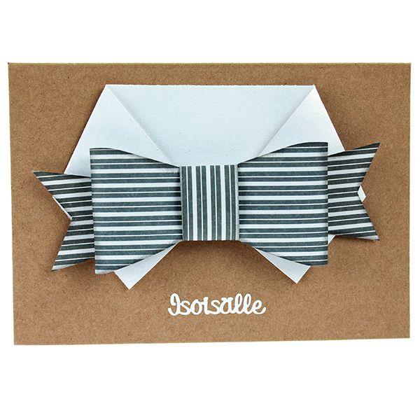 Taittele papereista paidan kaulus sekä rusetti. Kiinnitä korttiin kohotarrapalojen avulla.