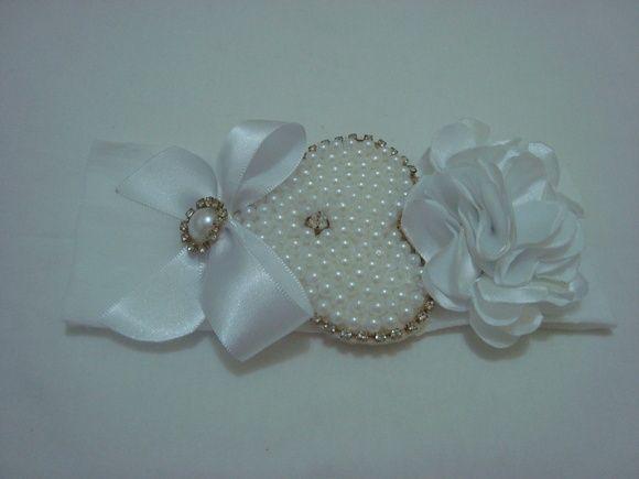 Faixa infantil em meia de seda branca com linda flor, coração em pérola com strass e laço decorado em meia pérola com strass. R$ 19,90