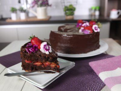 Pastel de Trufa de Chocolate con Fresas | Este delicioso pastel de chocolate es muy fácil de preparar y lo mejor es que NO tiene gluten. Su textura es crujiente por afuera y suave por adentro, como la de un malvavisco pero de chocolate. La combinación de chocolate con fresas lo convierte en el pastel perfecto.