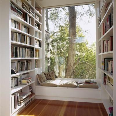 Raambankje tussen de boekenkasten.