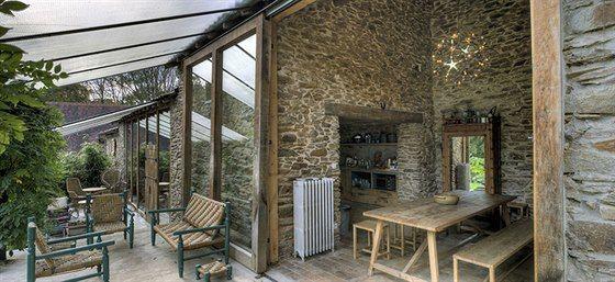 Na velkoryse řešené obytné prostory zbrusu nového domu navazují kryté venkovní terasy.