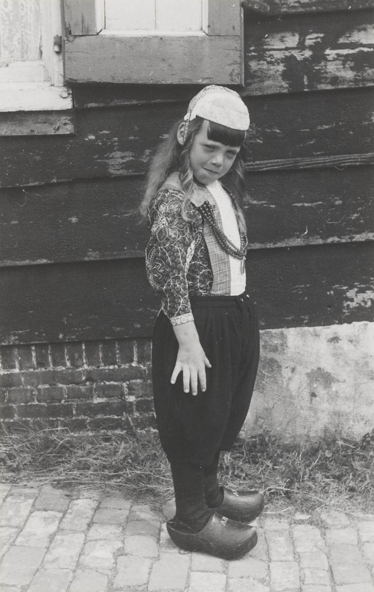 Jongen in Marker streekdracht, tussen het 5e en 7e levensjaar. De jongen draagt de pinksterpronk, het zogenaamde 'pinkster-bas'. 1943