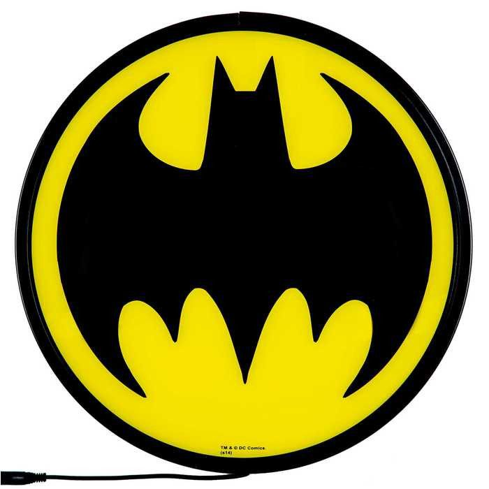 Searching for the perfect piece of décor for your man cave, dorm room or bedroom? Just send up the bat signal! This Batman Signal Globe Wall Light features black metal edges, a yellow plastic face, an