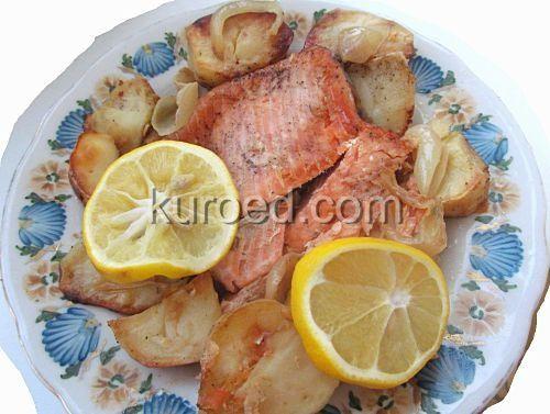 Семга, запеченная в духовке с луком и картошкой