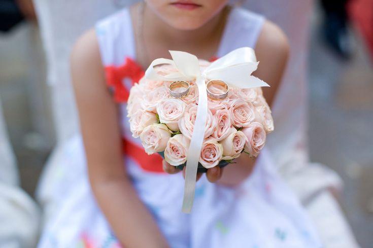 Nunti - YesEvents | your perfect event! Perna verighete Weddin ring holder #weddings #yeseventsromania
