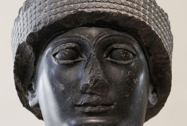 Cuenta el célebre historiador Heródoto, hombre griego que viajó por buena parte del mundo conocido en la época, que las mujeres de Babilonia estaban obligadas a realizar un peculiar rito sexual ofrecido a la diosa Milita, en el que, una vez en la vida, debían acostarse con un extranjero en el recint