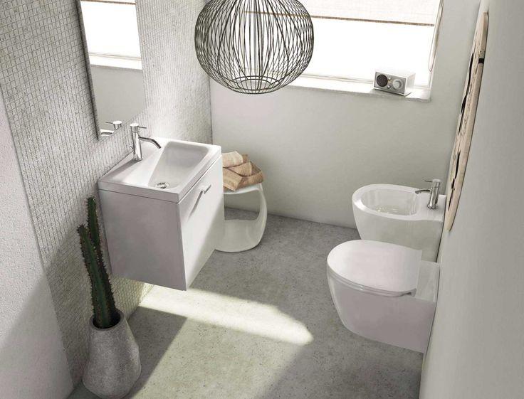 Se il bagno è piccolo o stretto, un mobile lavabo compatto permette davvero di guadagnare spazio senza rinunciare ad avere oggetti e prodotti utili in bagno, ben riposti in un mobile.