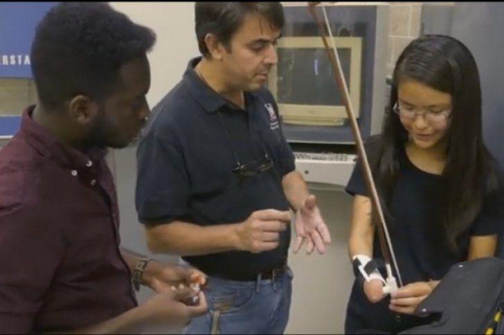 ¡Increíble! Joven toca el violín con prótesis de mano impresa en 3D (Video) - http://www.notiexpresscolor.com/2016/11/30/increible-joven-toca-el-violin-con-protesis-de-mano-impresa-en-3d-video/