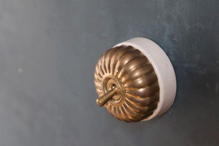 壁のライトのスイッチのデザインにもこだわりを。