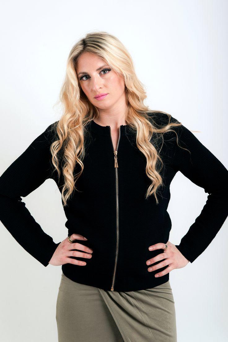 Μάξι φούστα με άνοιγμα μπροστά. Μπορείς να το συνδυάσεις με το αγαπημένο σου tshirt και sneakers και να ξεχωρίσεις!! 29€ Ζακέτα μαύρη ρίμπ τύπου bomber με χρυσό φερμουάρ για όλες τις ώρες. 29€