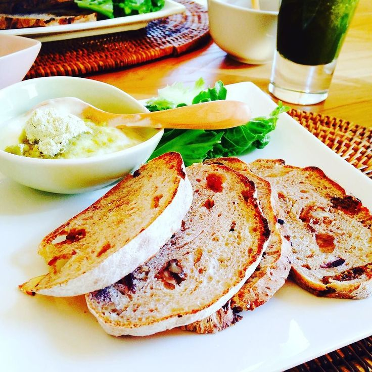 フリルレタス りんご アロエ(皮ごとフレッシュなもの) レモン(香り付けに削いだ皮も少し)  くるみいちじくクランベリー入り麹種発酵のパンと一緒に  #信州キレイスムージー #信州の森でヨガをしよう #マミコヨガ #麹種パン工房優 #aloe #nagano #smoothie #vege #localfood #coldpressed #juice #juicer #lifestyle #yoga #natural by mamikoyoga