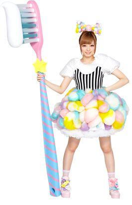 que tal uma escova gigante com creme dental gigante
