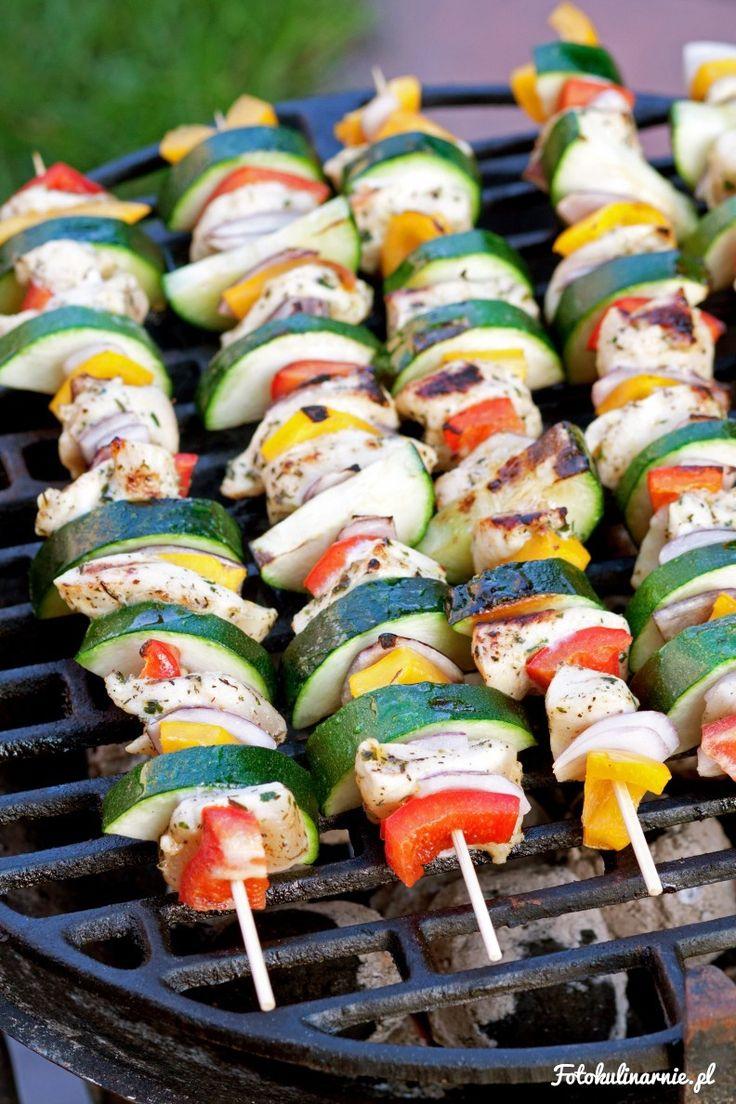 Kolorowe, lekkie szaszłyki z kurczaka w ziołowej marynacie oraz z cukinii, papryki i cebuli czerwonej. Z grilla i pieca.