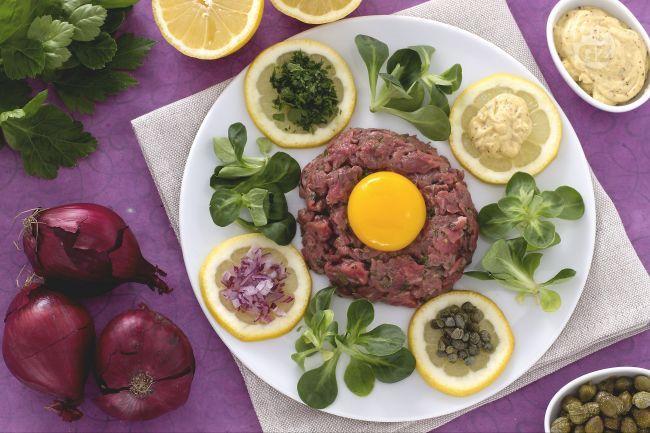 La bistecca alla Tartara o Steak Tartare, è una preparazione di carne cruda macinata condita con prezzemolo, capperi, tuorlo d'uovo, olio, succo di limone e pepe.