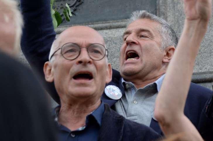 Były opozycjonista Władysław Frasyniuk (P) i Jan Lityński (L) wśród zgromadzonych na pl. Zamkowym uczestników kontrmanifestacji. Kontrmanifestację zorganizował ruch społeczny Obywatele RP. Uczestnicy zgromadzenia planują blokadę Marszu Pamięci,
