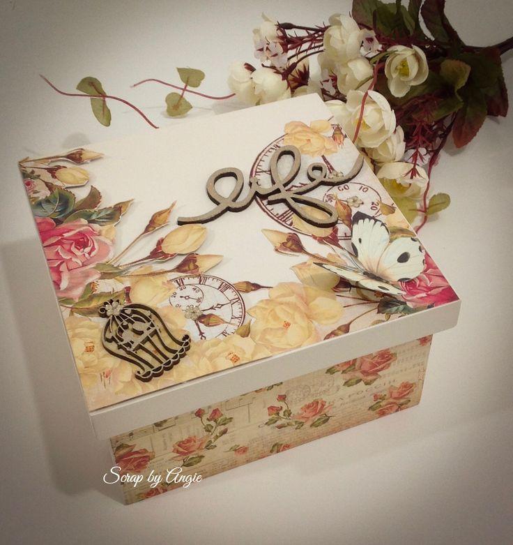 Caixa em MDF decorada com papéis.