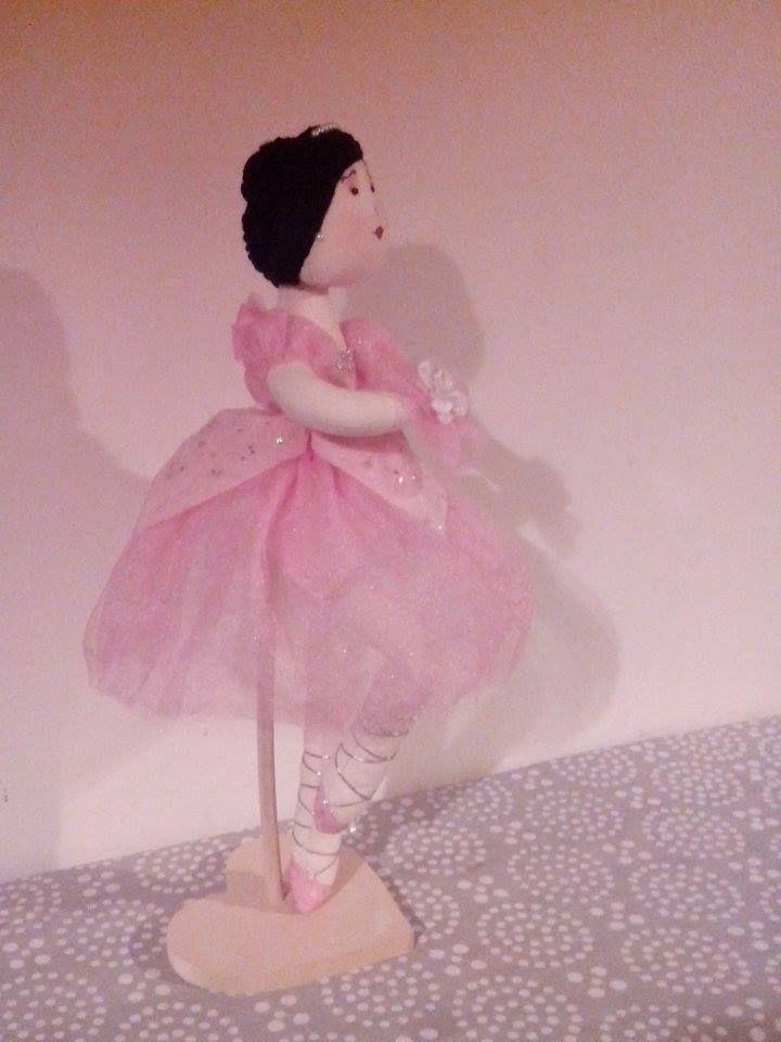 Bailarina realizada en Tela con Base de madera...