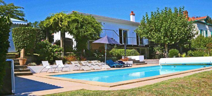 Biarritz, à vendre belle maison rénovée de 202 m² dans un environnement privilégié sur le Golf du Phare. Lumineuse et au confort de vie bien pensé, elle offre de beaux espaces ouvrant sur le jardin et la piscine.