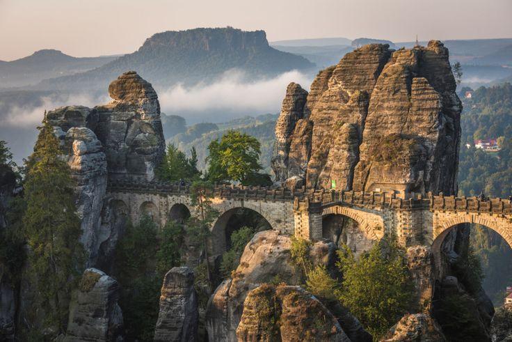 Sächsische Schweiz und besuche die Bastei.