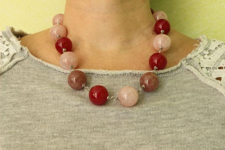 Elegante collana con sfere di quarzo rosa, pietra del sole, giada rossa, chiusura a moschettone e finiture in Argento placcato Rodio. Da indossare in tutte le occasioni in cui vuoi sentirti unica.