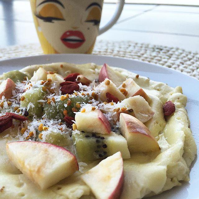 Até ela quer provar a minha panqueca  farinha de espelta 1 gema e 2 claras bebida de arroz Bate tudo, coloca preparado na frigideira com um fio de azeite e já está  para o recheio usei maçã, kiwi, coco ralado, pólen de abelha e bagas goji   chá de hibisco ☕️ Bom dia Malta!!!!! #meals #despertar #cafedamanha #panqueca #yummy #healthy #healthychoices #healthymeals #fitgirl #comidadeverdade #comidasana #comodadedeverdade #comerlimpo #eatclean