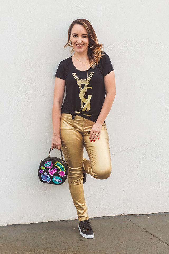 Calça metalizada Zara / Blusa: site  /  Calçado e bolsa: Carmen Steffens