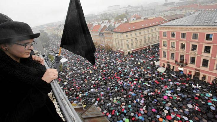 Poolse vrouwen voeren op 'Zwarte Maandag' actie tegen strengere abortuswet - NOS