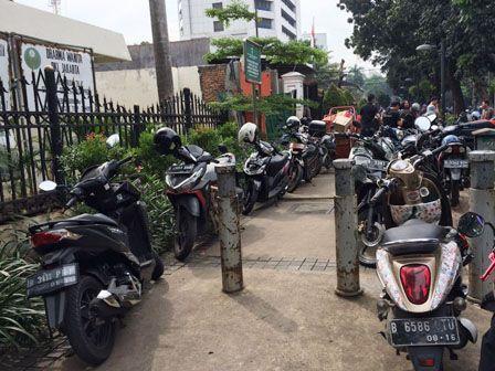 Dilarang Masuk Komplek DPRD, Kendaraan Parkir Liar di Trotoar