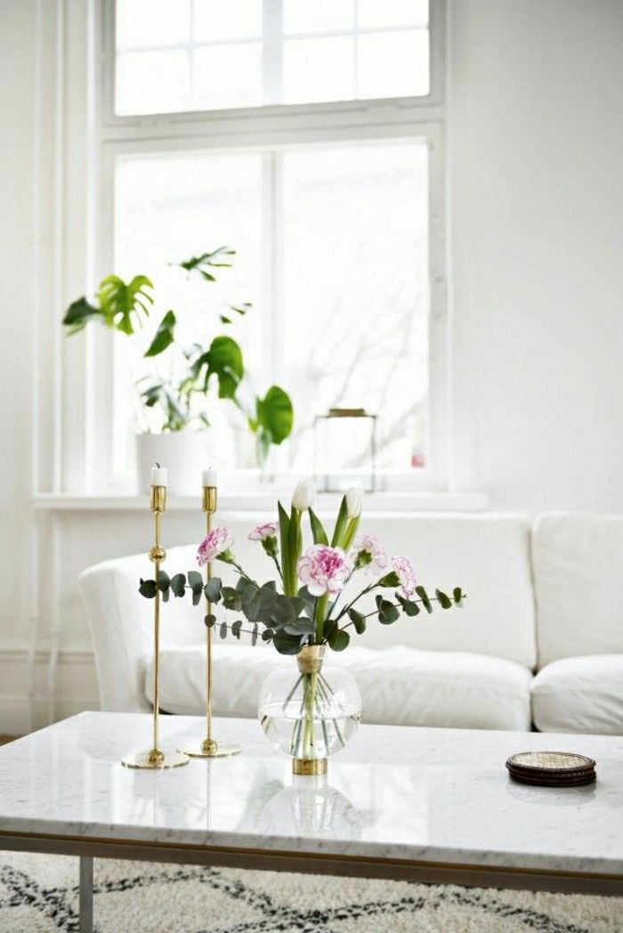 table en marbre blanche, fleurs, plante verte, chambre pleine de lumière, fenetres grandes