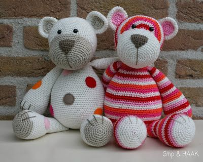 There are some cute free patterns on this site - Stip & HAAK (there is a translate button at the top) ༺✿Teresa Restegui http://www.pinterest.com/teretegui/✿༻
