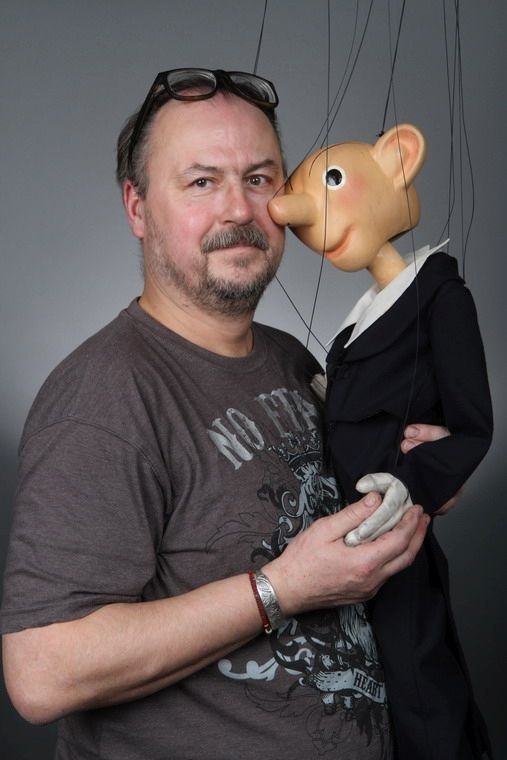 Richard Maška  - výtvarník, loutkoherec,  - vodí Spejbla a řadu dalších postav