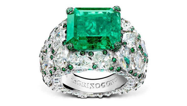 festival di cannes - de Grisogono - Love on the Rocks - Anello di alta gioielleria - Pezzo unico - Oro bianco, 1 smeraldo taglio smeraldo (12,34 carati), 32 diamanti bianchi taglio poire (18,52 carati), 50 brillanti bianchi ( 1,61 carati) e 163 smeraldi (0,45 carati).