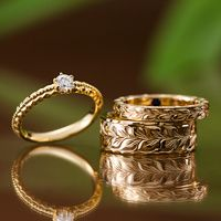 """ハワイアンジュエリー結婚指輪・婚約指輪のMakana  結婚指輪は最高級のクオリティーを追求した伝統のハワイアンジュエリーを贈る  ハワイ語で""""贈り物""""の意味を持つハワイアンジュエリーの結婚指輪、""""マカナ""""には、140年の歴史を持つ伝統的なハワイ特有の手彫りが施されています。 その温かみある繊細なデザインは、昔から変わらず存在し続ける自然がモチーフとされ、ひとつひとつ想いを込めて彫られています。 一週途切れることのない 手彫りには""""愛が途切れない=永遠の愛""""という意味があり、二人を見守ってくれるはず。クオリティを求めたリングベースは、日本国内で『鍛造』『切削』『圧着』という 先端技術によって作り出され、リング内側には、ハワイで信仰されている""""マナ""""という精霊の力を象徴したサファイアがセッティングされ、幸福への願いが込められています。"""