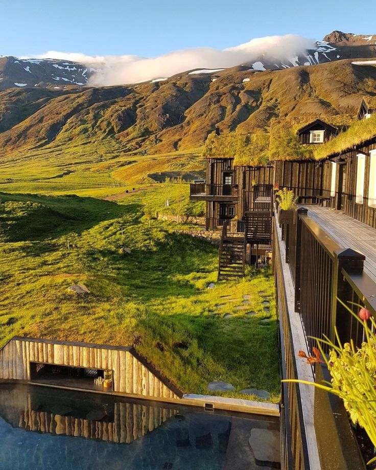 Meno di 10 anni fa l'Islanda era un Paese fallito. I 330 mila abitanti rischiavano di emigrare. Poi, grazie al più molesto dei suoi 130 vulcani, è scoppiato il boom turistico. Ora che tutti la vogliono,  un altro pericolo minaccia la meraviglia naturale del Nord. E mentre i vichinghi piantano alberi contro il global warming, siamo andati a vedere che cosa rischiamo di perdere