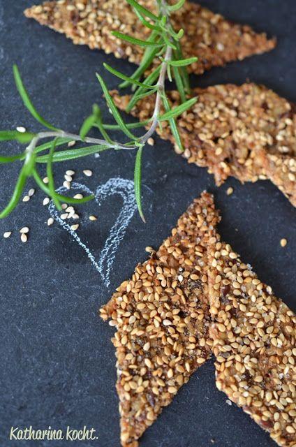 knusprige Cracker aus Reis Quinoa Sesam auf www.katharinakocht.com