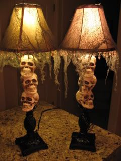 Halloween Skull Lamps~super easy to make & a great tabletop lighting solution.